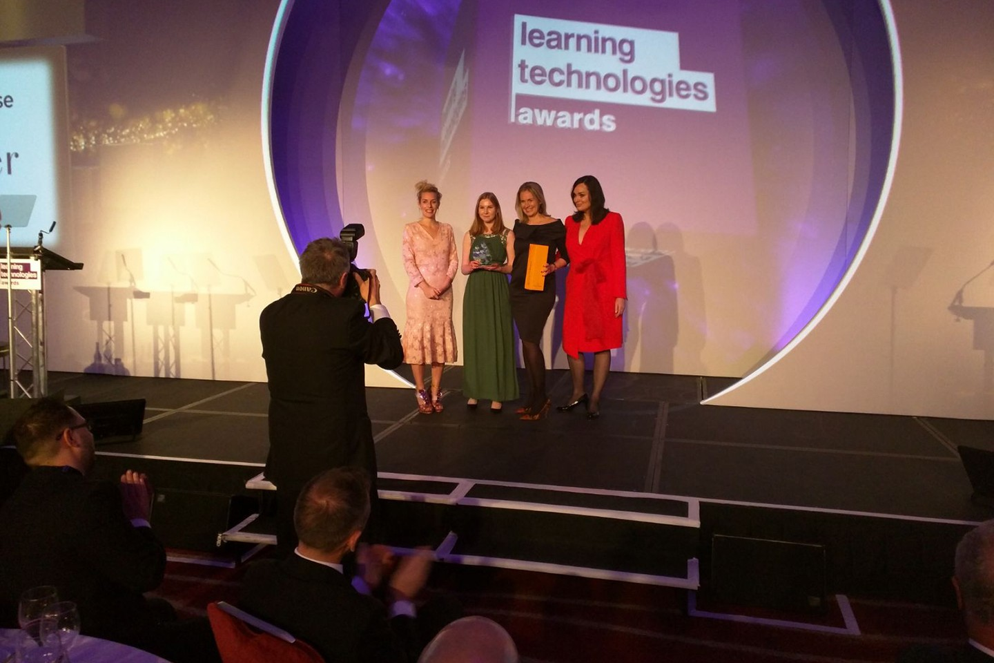 The Hunkemöller & TinQwise team receives the award for 'Best use of mobile learning' on stage